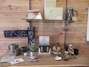 お店の棚に陶芸の作品がありました
